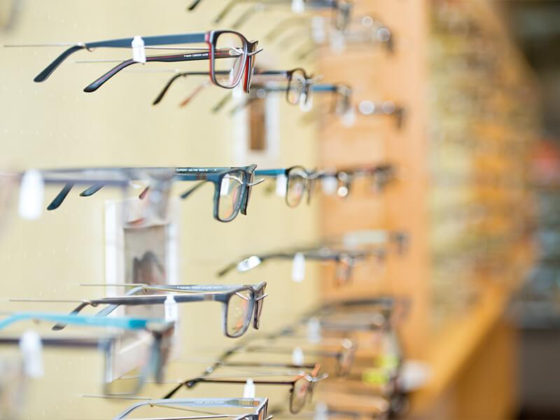 Tibarg Center Optik Ruge Nahaufnahme Wand mit Brillen