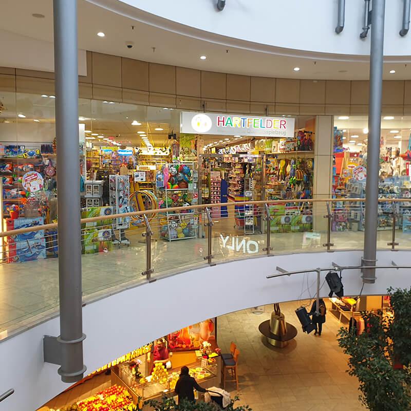 Tibarg Center Shopbild Hartfelder Marken- und Qualitaetsspielzeug Aussenansicht